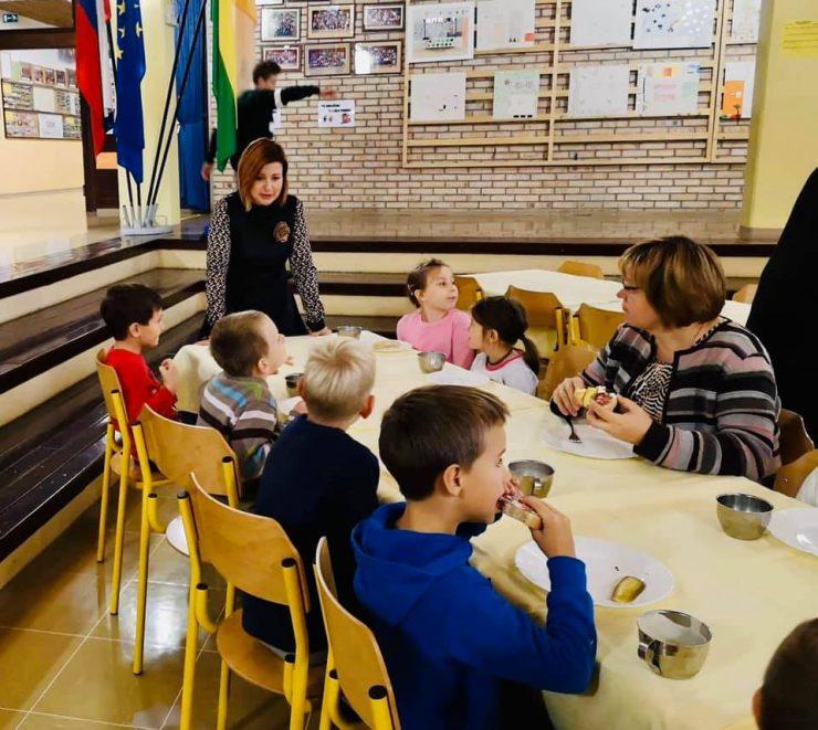 Državna sekretarka Martina Vuk je zajtrkovala z učenci iz Škofje Loke. Vir: MIZŠ