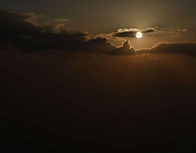 Nebo, oblaki, sonce in podnebne spremembe. Foto: Tamino Petelinšek/STA