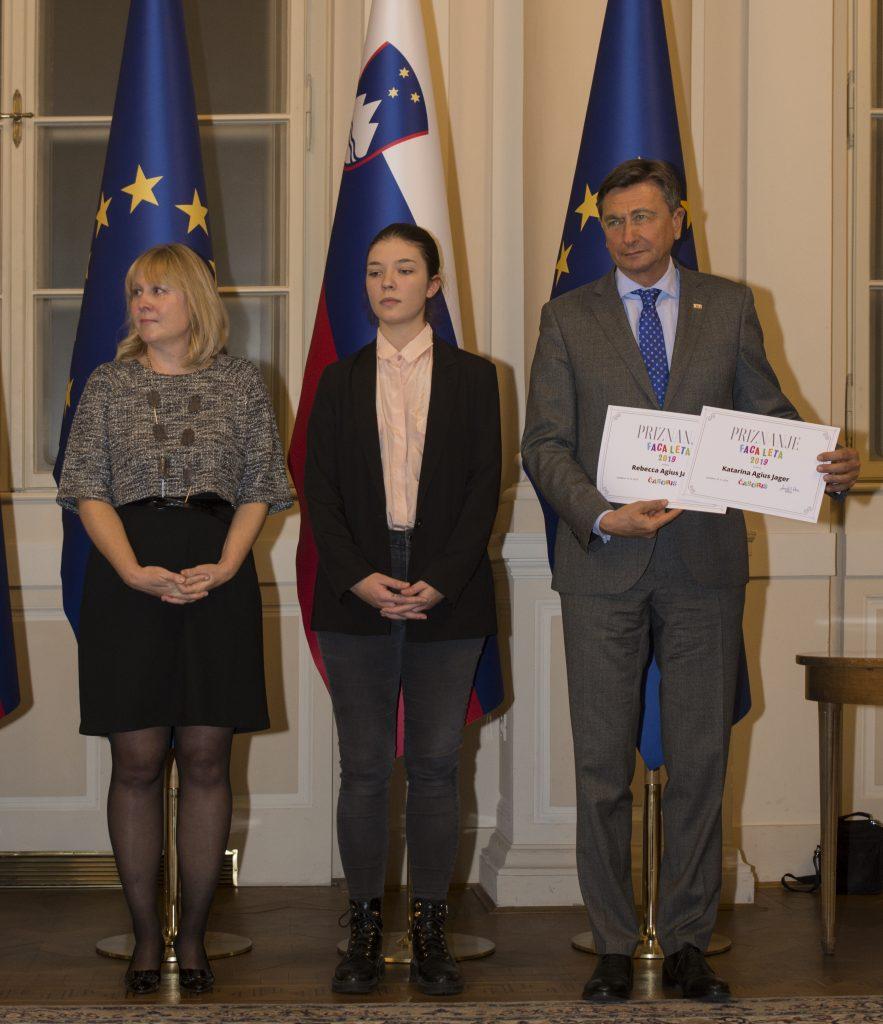 Priznanje za sestri Katarino in Rebecco Agius Jager je prevzela prijateljica Aleksandra Damjanić. Foto: Maša Kores