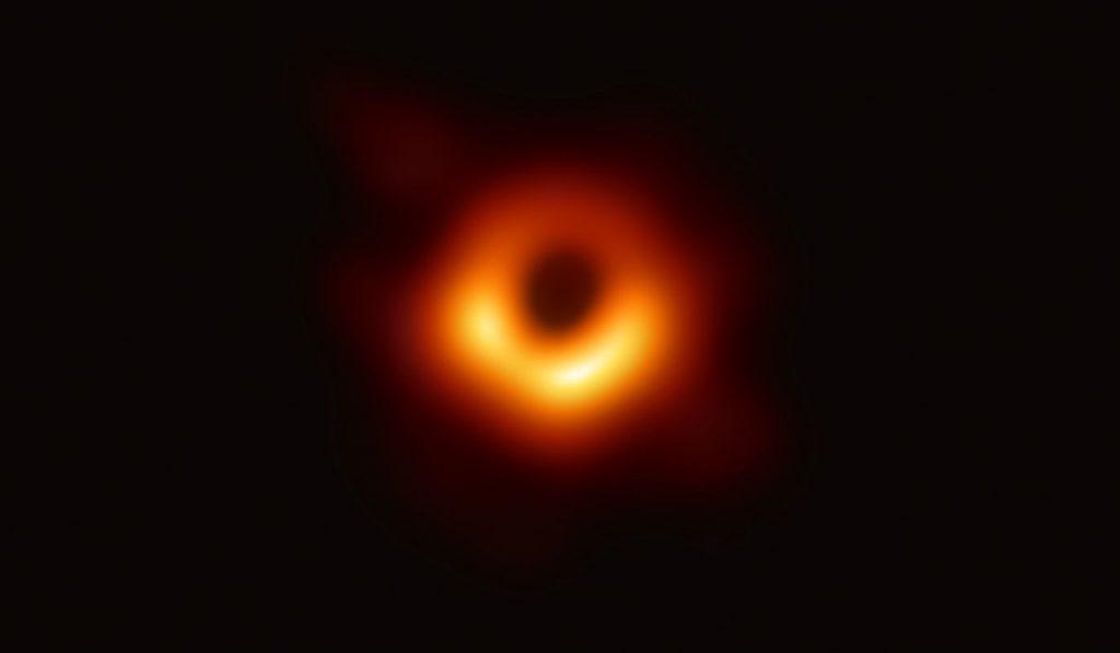 Prva fotografija črne luknje. Vir: European Southern Observatory
