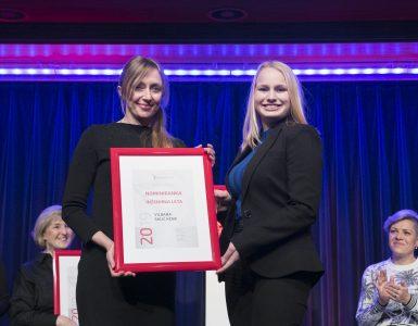 Katja Pajk je na prireditvi Inženirka leta 2019 priznanje predala Vildani Sulić Kenk. Vir: Osebni arhiv