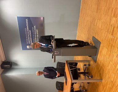 Minister dr. Jernej Pikalo in dr. Jadran Lenarčič sta predstavila, kako bo potekalo delo skupine za pripravo Bele knjige. Vir: MZZS