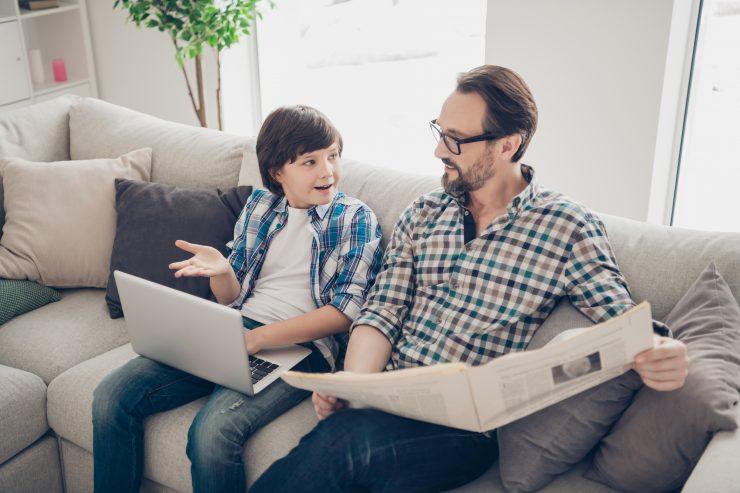 Ključno je, da nas starši seznanjajo z mediji že od majhnih nog. S tem poskrbijo, da pridobimo sposobnost kritičnega mišljenja, ob mednarodnem dnevu otrok v medijih razmišlja devetošolka Žana Primc. Vir: Adobe Stock