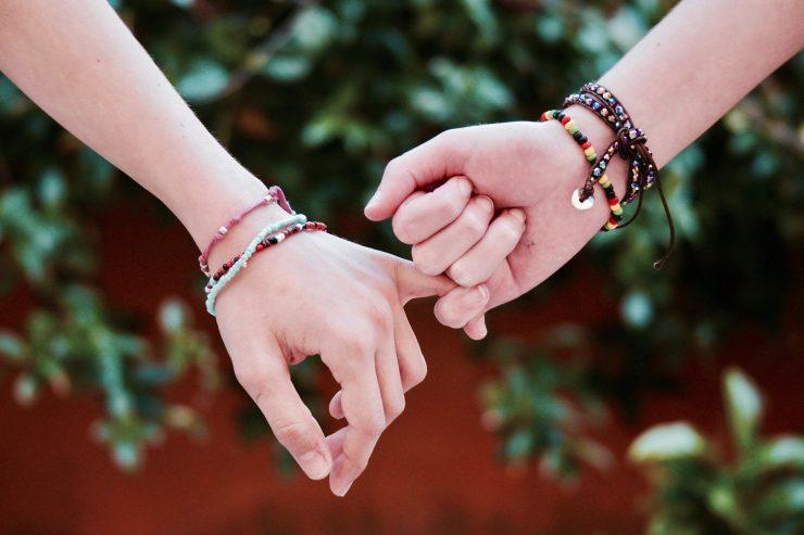 Ko se nam dogajajo težke stvari, uporabimo notranjo moč in poiščemo pomoč pri ljudeh, ki jim zaupamo. Vir: Pixabay