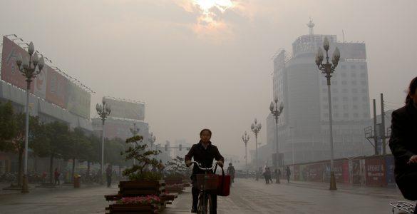Onesnaženo nebo nad kitajskim mestom. Vir: Sam Haldane/Flickr