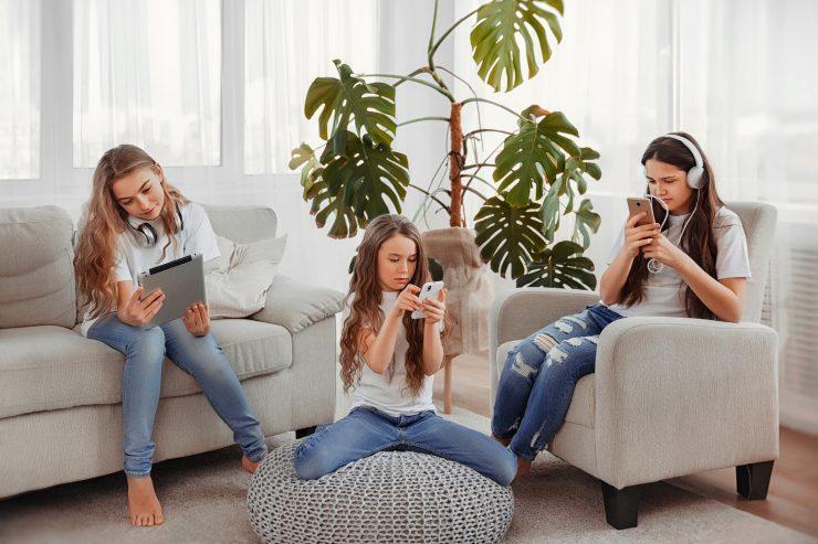 Otroci na pametnih telefonih. Vir: Adobe Stock