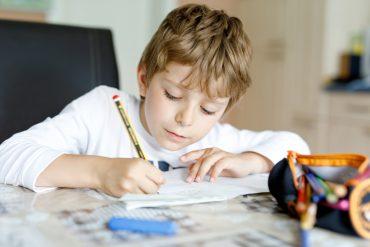 Šolarji so obveznosti za šolo začeli opravljati doma. Vir: Adobe Stock