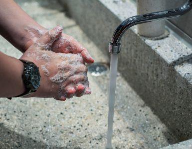 Za preprečevanje okužbe je umivanje rok neprecenljivo. Vir: Pixabay