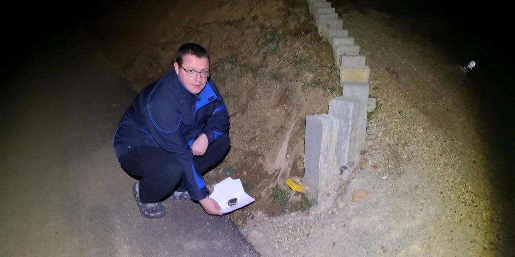 Meteorit in lokacija, kjer ga je Gregor Kos našel. Foto: Bojan Ambrožič/bojanambrozic.com