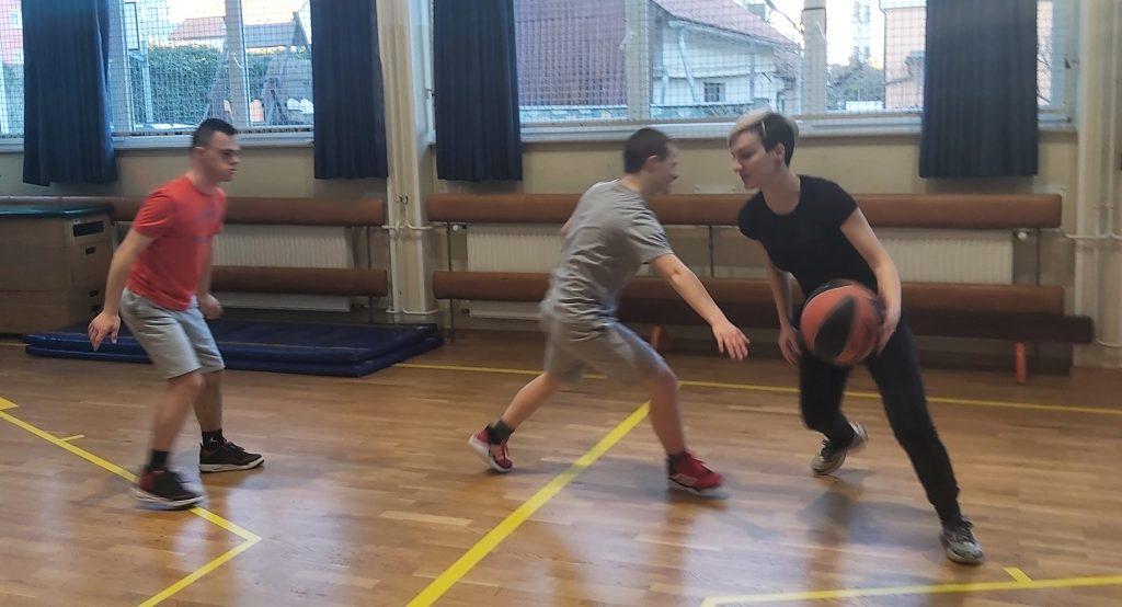 Med treningom košarke. Vir: Osebni arhiv