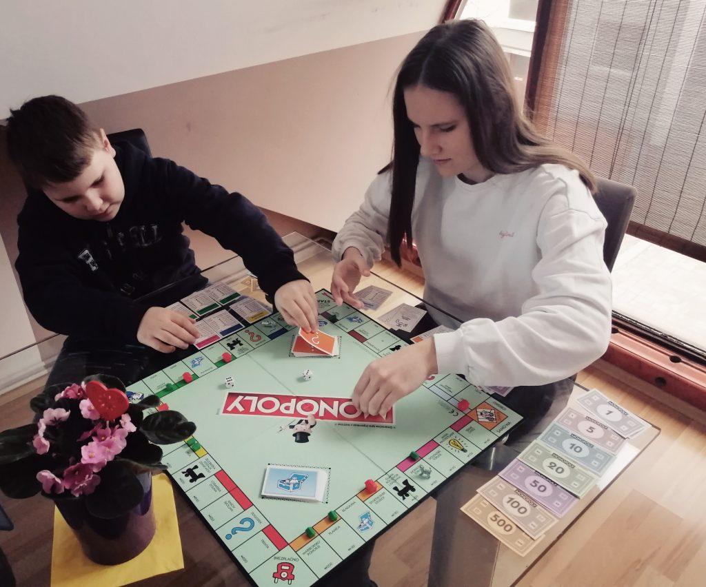 Družabne igre so lahko zelo kratkočasne. Vir: Osebni arhiv