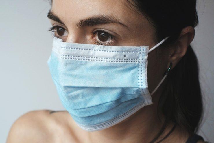 Masko si moramo nadeti in sneti s čistimi rokami. Vir: Pixabay