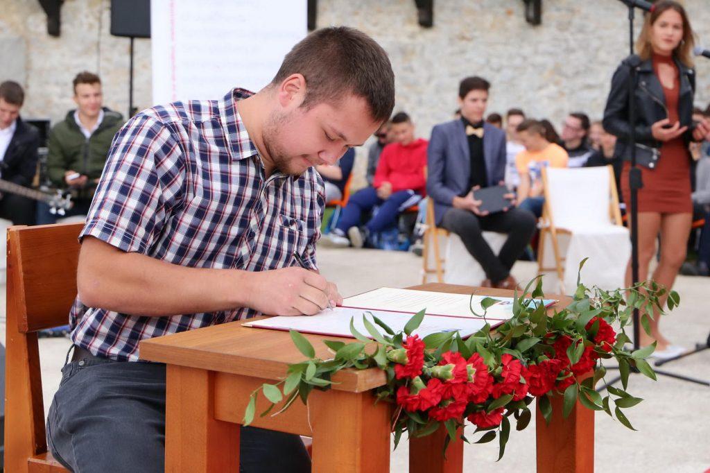 Predstavniki razreda na začetku leta svečano podpišejo kodeks. Vir: Arhiv ŠCC