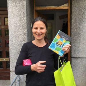 Simona Semenič s prvim izvodom knjige. Foto: Alenka Veler/Mladinska knjiga