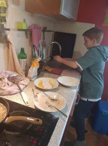 Aleksander ima rad domače naloge pri gospodinjstvu. Vir: Osebni arhiv