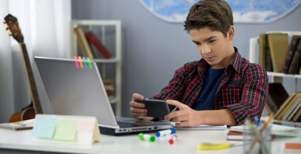 Danes so otroci pogosto kar na dveh napravah hkrati. Vir: Adobe Stock