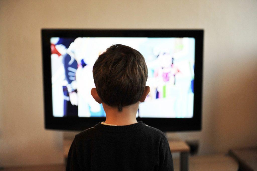 Otrok pred televizorjem. Vir: Pixabay