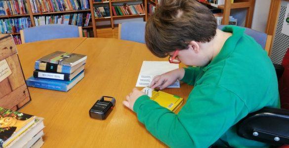 Mateja iz CIRIUS Vipava najraje uničuje dokumente, Maruša (na fotografiji) med odpisovanjem knjig. Foto: Adrijana Lampe Mikuž