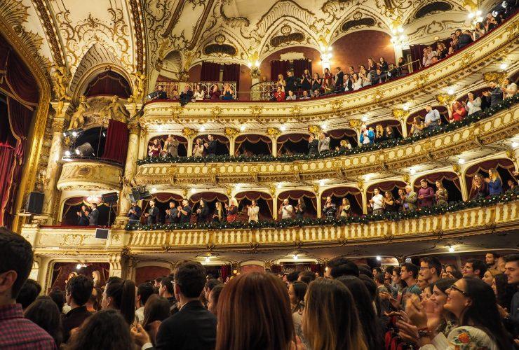 Jelka Šutej Adamič je prepričana, da otroke zanima, kaj se dogaja v literaturi, na gledališko-plesnih in glasbenih odrih, v razstaviščih ali v kinu. Vir: Vlah Dumitru/Unsplash