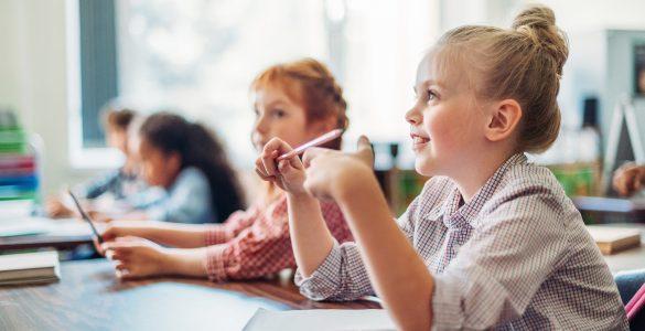Skupaj z učitelji in starši ste otroci postali največji zmagovalci. Zmagovalci znanja, zmagovalci tega in prihodnjega časa, sporoča ministrica Simona Kustec. Vir: Adobe Stock
