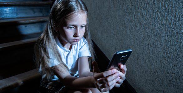 V koronačasih je lahko pomoč otrokom, ki so žrtve nasilja na spletu, večji izziv. Vir: Adobe Stock