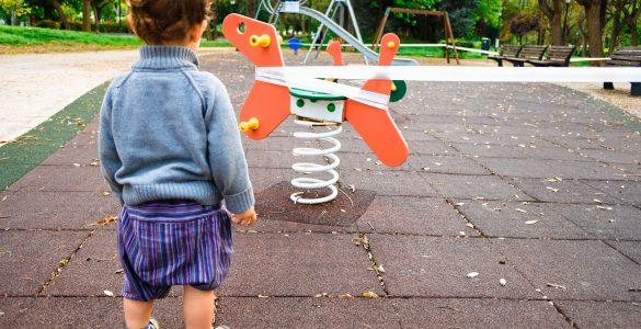 Otroci v vrtcu naj bi bili čimveč na prostem, toda na zunanjih igralih naj se ne bi igrali. Vir: Adobe Stock