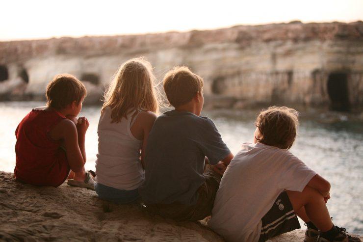Kdaj se bodo otroci spet lahko brezskrbno družili, jim v Sloveniji za zdaj še nihče ni povedal. Vir: Pixabay