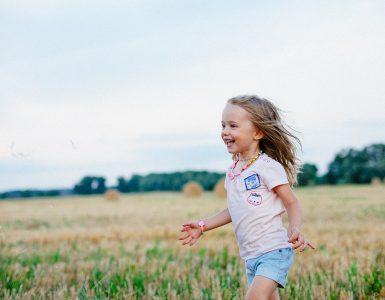 V šoli je lepo, a tudi doma je, če imaš kaj zanimivega za početi. Prvošolka Iva je denimo skrbela za svojo njivo. Fotografija je simbolična. Vir: Pixabay