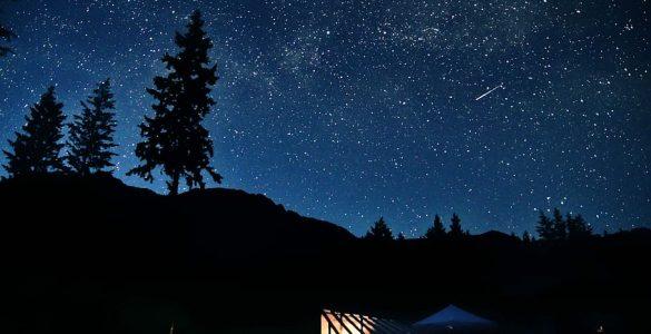 Čeprav se ozvezdja spreminjajo, zvezdnato nebo služi za orientacijo. Če imamo srečo, nam ga popestrijo tudi utrinki. Vir: Piqsels