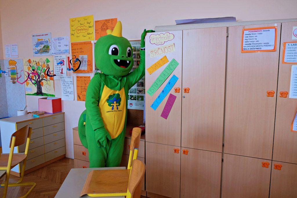 Zmajček Trma v prazni učilnici. Vir: Arhiv šole
