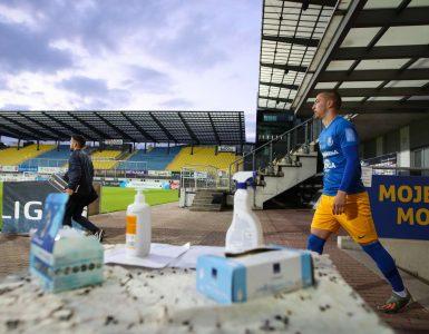 Tribune nogometnih igrišč so še vedno prazne. Foto: Anže Malovrh/STA