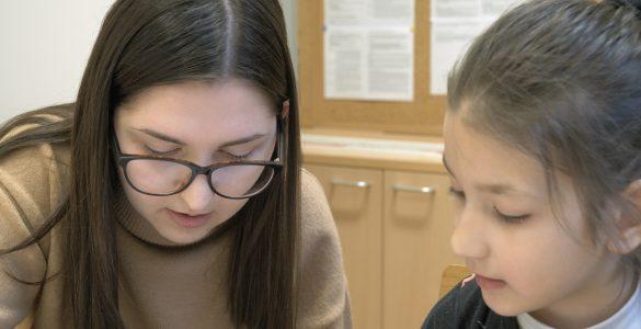 Študentke prostovolje na OŠ Koper pomagajo otrokom priseljencem, z njimi pa se tudi družijo in igrajo. Foto: Anže Sobočan