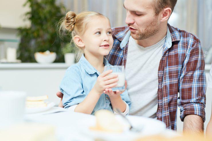 Nekateri otroci so prvič med tednom imeli tudi zajtrk in kosilo s starši. Vir: Adobe Stock