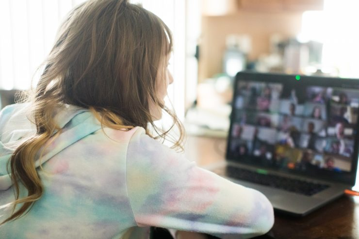 Otroci bodo še nekaj časa prikovani na ekran. Vir: Adobe Stock