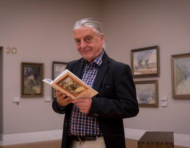 Andrej Rozman Roza s knjigo Pesmi iz galerije. Vir: Arhiv Bralne značke