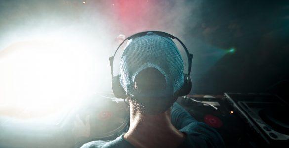 Za mnoge mlade so slušalke in mobitel nepogrešljivi del opreme. Vir: Pixabay