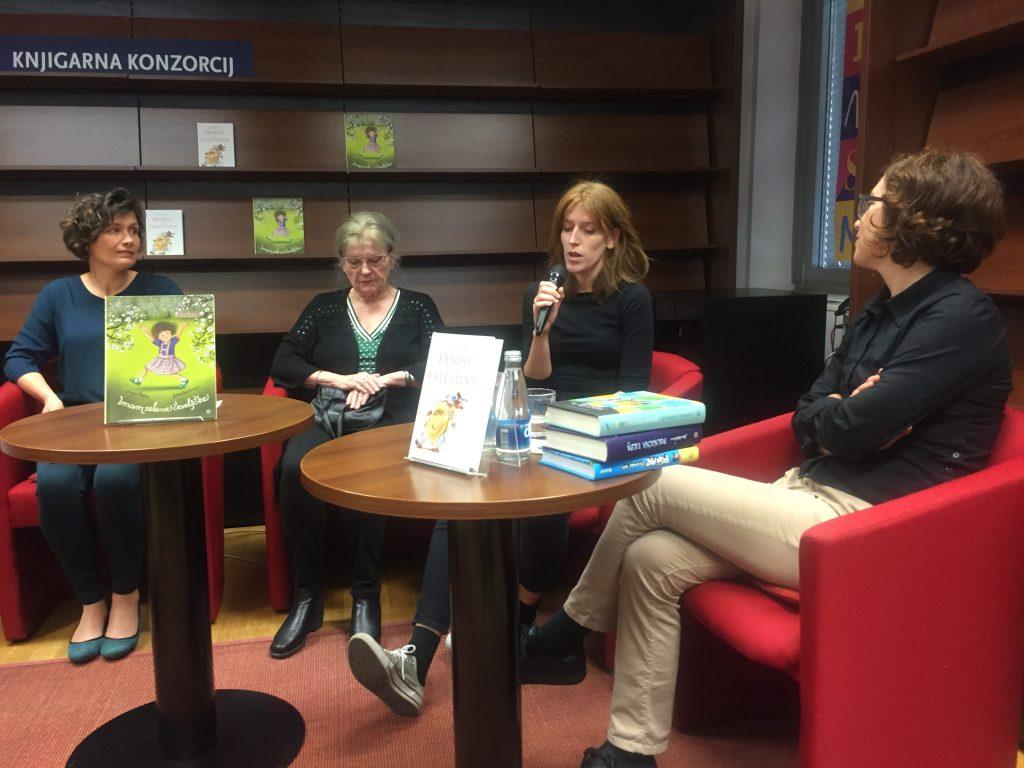 Z leve: Anja Štefan, Jelka Reichman, Nadja Babič, ki je v slovenščino prevedla roman Ernest in Celestina, in urednica Alenka Veler. Foto: Sonja Merljak/Časoris