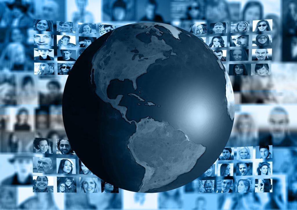 Aneja Kavalar prek medijev spoznava, kaj se dogaja po svetu. Vir: Pixabay
