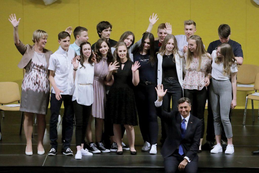 Valeta na OŠ Kozje, kjer je predsednik republike Borut Pahor podelil tudi priznanje najboljšemu učencu. Foto: Daniel Novakovič/STA