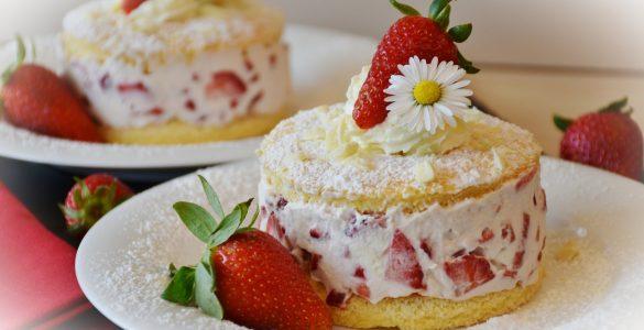 V koronačasih je veliko otrok pridobilo kuharsko znanje, tudi, kako pripraviti rahel biskvit za jagodno torto. Vir: Pixabay