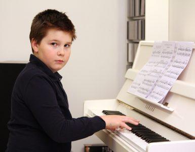 Victor Jamšek ob svojem pianinu. Vir: Osebni arhiv