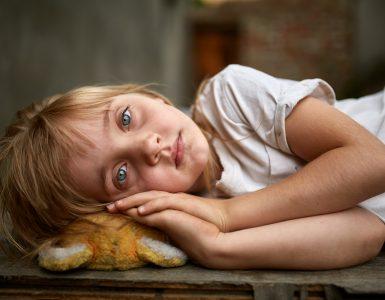 Otroci, ki so bili zlorabljeni, potrebujejo posebno obravnavo. Vir: Adobe Stock