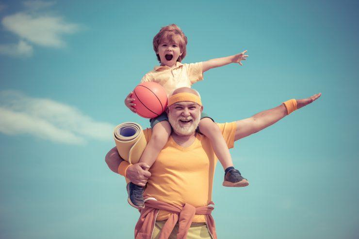 Telovadba z dedki in babicami je lahko zabavna. Vir: Adobe Stock