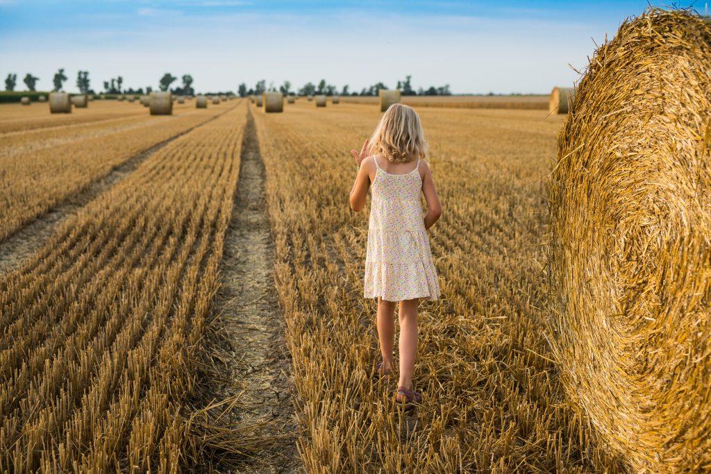 Poletje je čas za življenje na prostem, zato odloži telefon in se podaj v naravo. Vir: Adobe Stock