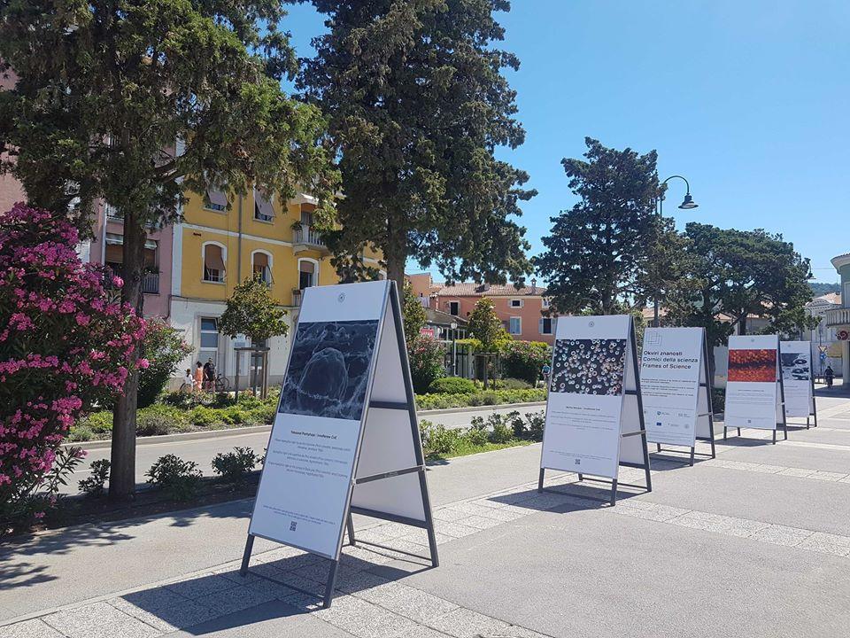 Do konca julija je razstava Okviri znanosti na ogled tudi v Izoli na Sončnem nabrežju. Vir: Osebni arhiv