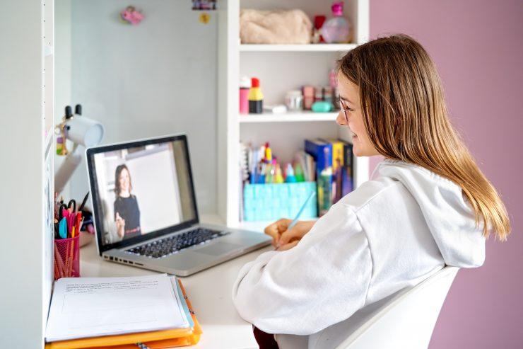 Šolanje na daljavo poteka lažje, če se učitelji in učenci že poznajo. A prvošolci svojih učiteljev in sošolcev ne bodo poznali. Kako se bodo vključili v novo šolo, če bo šolanje še naprej potekalo na daljavo? Vir: Pixabay