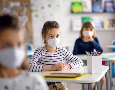 Bodo otroci v učilnici nosili maske? Vir: Adobe Stock