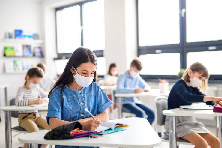Ni še zagotovo znano, ali bodo morali otroci tudi v učilnici nositi maske. Vir: Adobe Stock