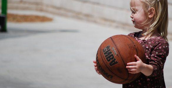 Po priporočilih naj si otroci ne bi izmenjevali športnih rekvizitov. Ali to pomeni, da lahko igrajo košarko? Vir: Pixabay