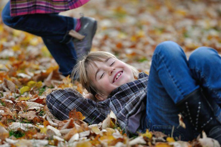 Otroci uživajo v jesenskem listju. Vir: Pixabay